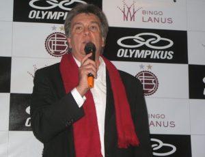 Luis Ventura en la presentación de la camiseta de Lanus
