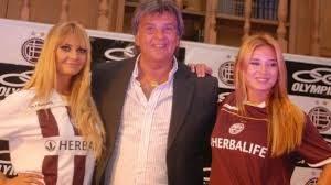 Ventura en la presentación de otra camiseta granate con Jesica Cirio y Melina Pitra