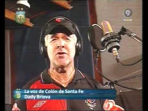 El ex Midachi cantando el himno de Colon